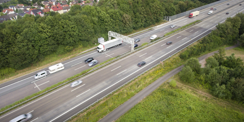 Highway and control gantry – aerial view – Luchtfoto – Duitsland? Autobahn?