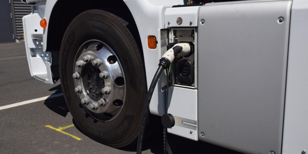 Elektrische vrachtauto, laden – zero-emissie – duurzaam – groen – laadpaal