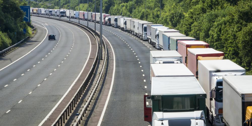 Wachtende vrachtwagens Engeland – file – snelweg – brexit – Engeland