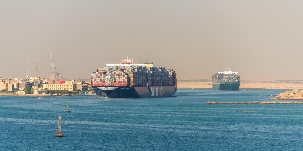 Traffic on the Suez Canal in Egypt – containervervoer – schip – wereldhandel