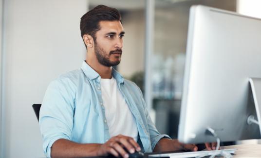 Man kantoor computer