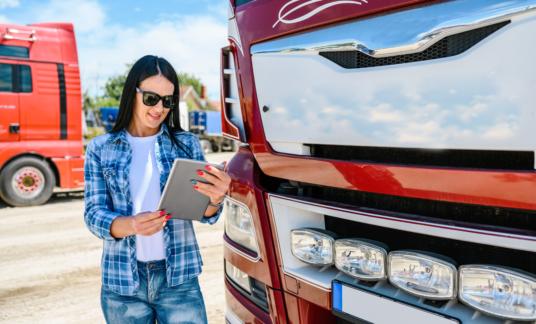 Chauffeur vrouw beeldscherm digitalisering  ecmr