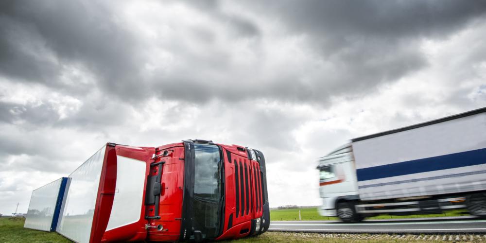 Verongelukte truck door storm